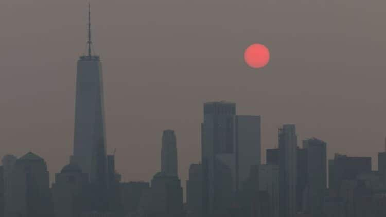 Western wildfire smoke causes cross-country air pollution 1